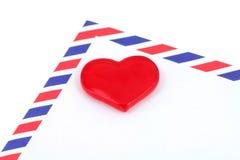 Corazón y sobre rojos Foto de archivo libre de regalías