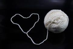 Corazón y una bola del hilo blanco Fotografía de archivo