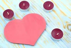 Corazón y velas en fondo azul Imagen de archivo libre de regalías