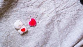 Coraz?n quebrado Sutura de la puntada en forma del coraz?n Concepto del amor y de la atenci?n sanitaria foto de archivo