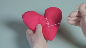 Coraz?n quebrado Sutura de la puntada en forma del corazón, amor y concepto de la atención sanitaria