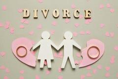 Coraz?n quebrado y dos anillos de oro Divorcio civil de la familia, conflicto imagen de archivo libre de regalías