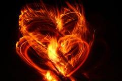 Corazón de la tarjeta del día de San Valentín en el fuego Foto de archivo