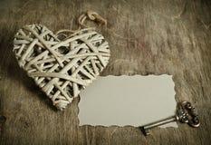 Corazón de mimbre hecho a mano con la llave Foto de archivo libre de regalías