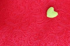 Corazón del ganchillo en el terciopelo rojo Foto de archivo