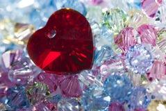 Corazón en cuentas de cristal minúsculas Fotos de archivo