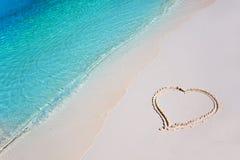 Corazón en la arena de la playa en paraíso tropical Imagenes de archivo