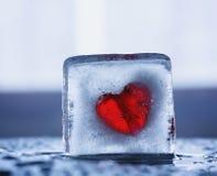 Corazón en un bloque del hielo Imagen de archivo