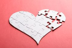 Corazón quebrado hecho de rompecabezas Foto de archivo