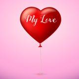 Corazón rojo brillante, el globo inflable en la forma de un corazón grande con la cinta, cinta Foto de archivo