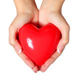 Corazón rojo en las manos femeninas, aisladas en el fondo blanco Amor Imágenes de archivo libres de regalías
