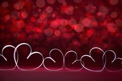 Corazones blancos en fondo rojo Tarjeta del día de tarjetas del día de San Valentín copie el espacio para su texto foto de archivo libre de regalías