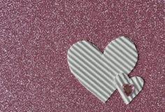 Corazones blancos en fondo rosado foto de archivo
