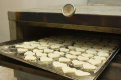 Corazones calientes de la fila en horno imagen de archivo