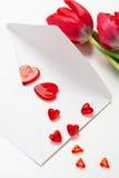 Corazones, carta y tulipanes rojos Fotografía de archivo