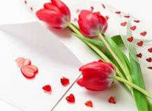 Corazones, carta y tulipanes rojos Foto de archivo libre de regalías