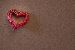 Corazones clavados con tachuelas en un tablero del corcho Foto de archivo