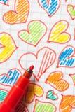 Corazones coloreados drenados en una hoja Fotografía de archivo libre de regalías