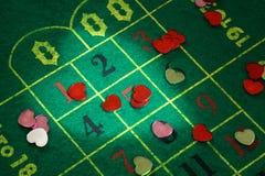 Corazones coloreados en el paño de la ruleta Foto de archivo libre de regalías