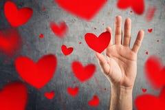 Corazones de cogida, concepto del día de tarjetas del día de San Valentín. Imágenes de archivo libres de regalías
