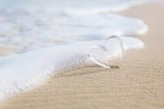 Corazones de cristal claros en la playa blanca de la arena, Fotos de archivo