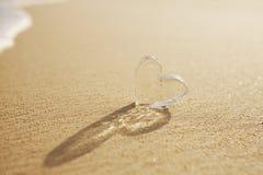 Corazones de cristal claros en la playa blanca de la arena, Imagen de archivo