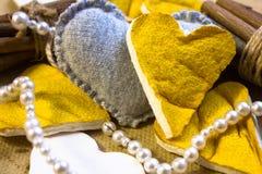 Corazones de la cáscara de la fruta cítrica Foto de archivo libre de regalías