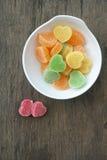 Corazones de la jalea de fruta en la tabla de madera Fotos de archivo