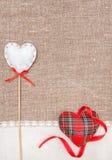 Corazones de la materia textil, cinta y paño de lino en la arpillera Imágenes de archivo libres de regalías