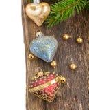 Corazones de la Navidad en la frontera de madera del fondo Fotografía de archivo libre de regalías