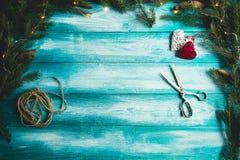 Corazones de la Navidad en una tabla de madera azul con el árbol de navidad Fotografía de archivo libre de regalías