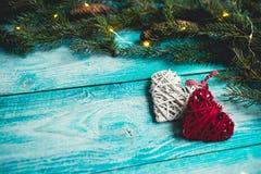 Corazones de la Navidad en una tabla de madera azul con el árbol de navidad Imagenes de archivo