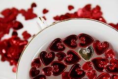 Corazones de la St-Tarjeta del día de San Valentín con una taza de la porcelana Fotos de archivo libres de regalías