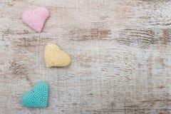Corazones de la tarjeta del día de San Valentín del ganchillo Fotografía de archivo