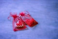 Corazones de la tarjeta del día de San Valentín en bolso rojo de la malla Fotografía de archivo libre de regalías