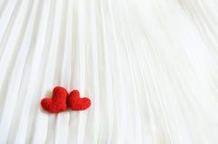 Corazones de la tarjeta del día de San Valentín en fondo abstracto Imagen de archivo