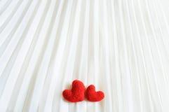 Corazones de la tarjeta del día de San Valentín en fondo abstracto Foto de archivo libre de regalías