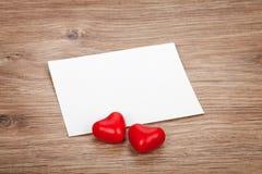 Corazones de la tarjeta y del caramelo de felicitación del espacio en blanco del día de tarjeta del día de San Valentín Foto de archivo