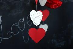 Corazones de las tarjetas del día de San Valentín en fondo de la pizarra Foto de archivo libre de regalías