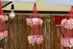 Corazones de Licitar que cuelgan en filamentos del hilado Bombilla incandescente visible Fotos de archivo