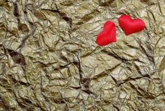 Corazones de los amantes en un fondo del oro Corazón verde estilizado de la ilustración del vector Símbolo del corazón del amor fotografía de archivo