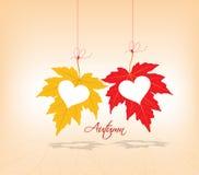 Corazones de los pares del fondo de las hojas de otoño Fotos de archivo libres de regalías