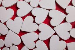 Corazones de madera blancos en fondo rojo Modelo de las tarjetas del día de San Valentín de la visión superior fotografía de archivo