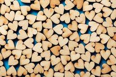 Corazones de madera en fondo azul Fotos de archivo libres de regalías