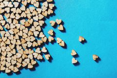 Corazones de madera que ponen en fondo azul Fotos de archivo libres de regalías