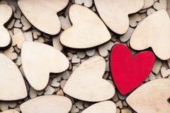 Corazones de madera, un corazón rojo en el fondo del corazón Fotografía de archivo libre de regalías
