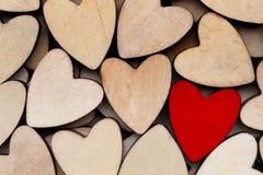 Corazones de madera, un corazón rojo en el fondo del corazón Imágenes de archivo libres de regalías