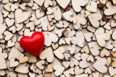 Corazones de madera, un corazón rojo en el fondo del corazón Foto de archivo