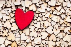 Corazones de madera, un corazón rojo en el fondo del corazón Fotos de archivo