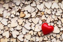 Corazones de madera, un corazón rojo en el fondo del corazón Imagen de archivo libre de regalías